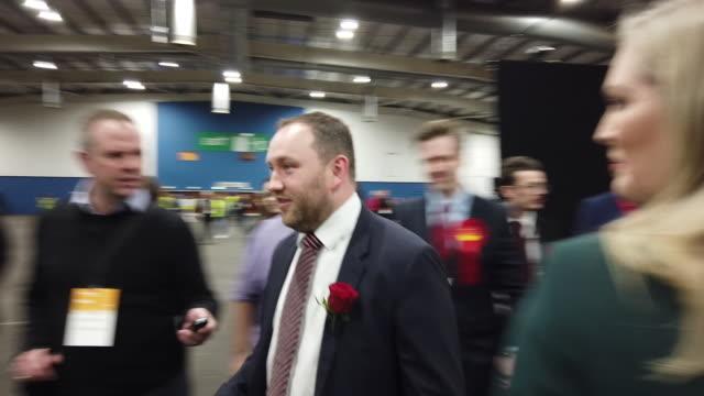 vídeos y material grabado en eventos de stock de scottish labour candidate ian murray, who is defending his edinburgh south seat, arrives at the general election count for the city of edinburgh,... - distrito electoral