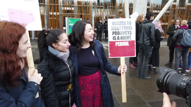 vidéos et rushes de scottish labour msp monica lennon meets with supporters outside the scottish parliament ahead of the stage 1 debate on her period products bill,... - écosse