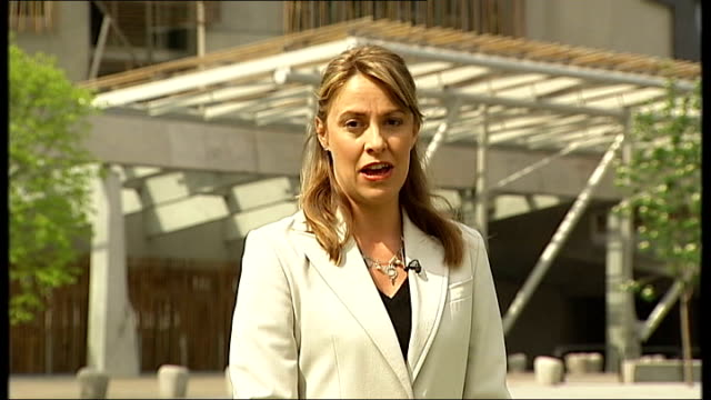 coalition talks scottish parliament building reporter to camera - scottish national party stock videos & royalty-free footage