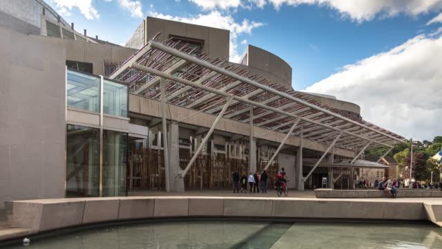 skotska parlamentet byggnaden exteriör - tidsfördröjning - holyrood bildbanksvideor och videomaterial från bakom kulisserna