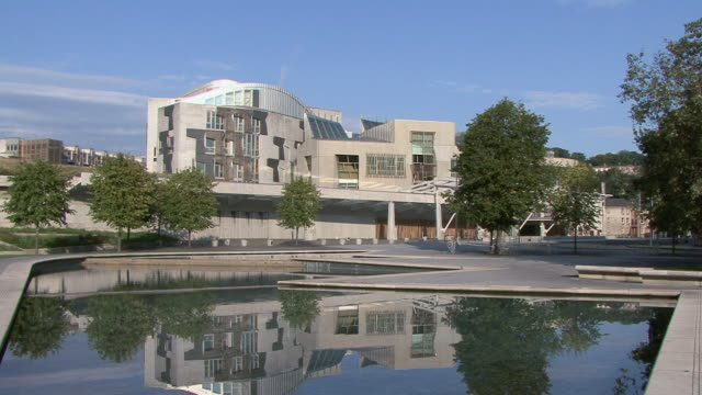 vidéos et rushes de la scottish parliament building with pool in front / edinburgh, scotland, united kingdom - écosse