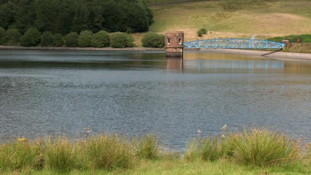 schottische reservoir nach einer längeren durststrecke von trockenem wetter - seeufer stock-videos und b-roll-filmmaterial