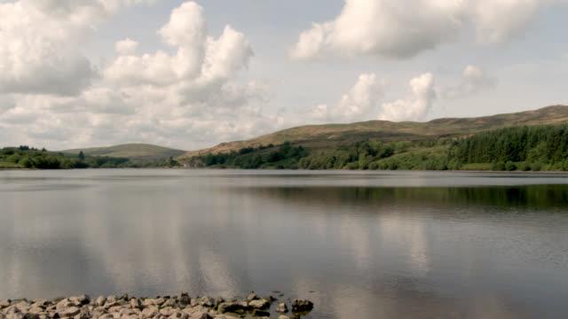 vídeos de stock, filmes e b-roll de reservatório escocês após um período prolongado de tempo seco - johnfscott