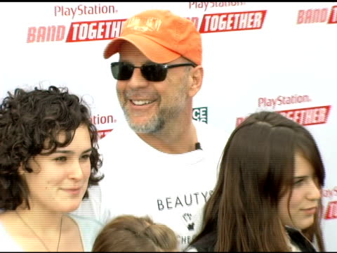 scout willis rumer willis tallulah willis johnny messner and bruce willis at the sony computer entertainment america and the bruce willis foundation... - bruce willis stock-videos und b-roll-filmmaterial