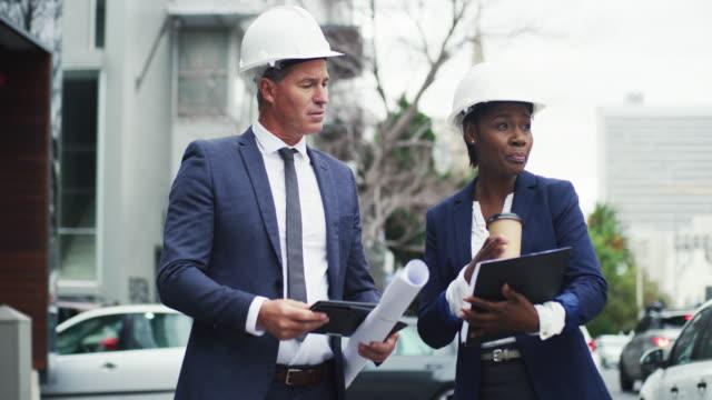 vídeos de stock e filmes b-roll de scouting out the building site - capacete