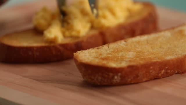 scrambled eggs in a bread toast - マッシュポテト点の映像素材/bロール