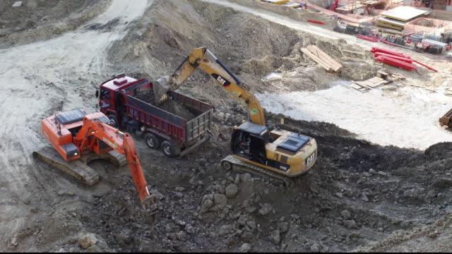 scrapers working - 石切場点の映像素材/bロール