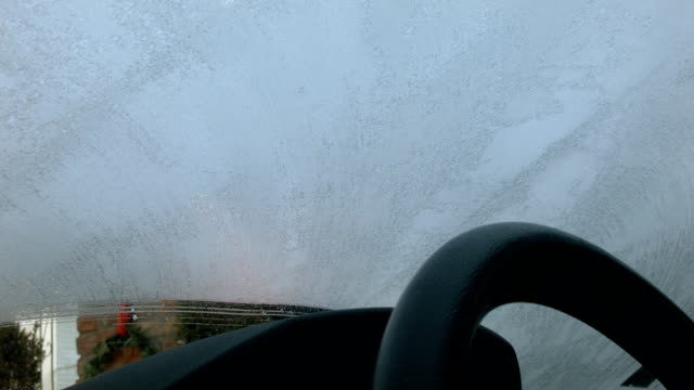 stockvideo's en b-roll-footage met scraping ice from car windshield - matte