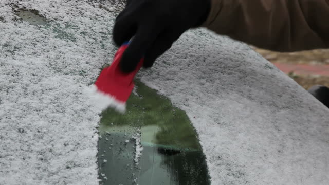 stockvideo's en b-roll-footage met scraping snow off windshield - voorruit