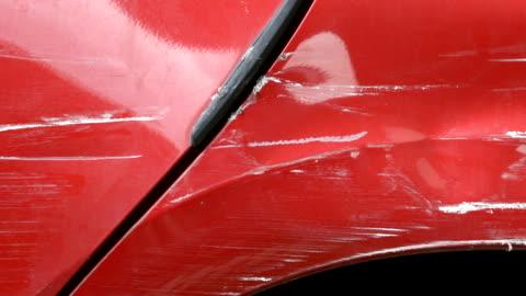 vídeos y material grabado en eventos de stock de rayado de la piel de la pintura del vehículo. - rayado dañado