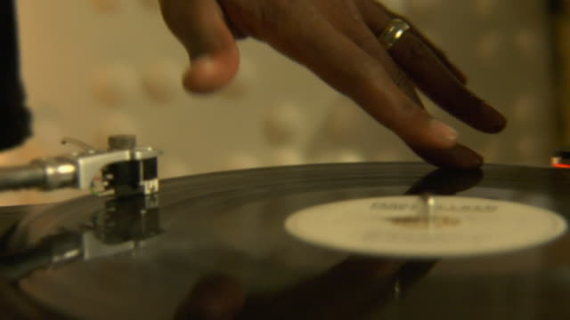 vidéos et rushes de cu pan dj scratching record/ los angeles, california - platine de disque vinyle