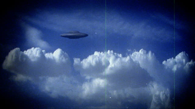 vídeos de stock, filmes e b-roll de scratchy footage of a ufo flying saucer. - ufo