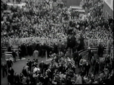 vídeos de stock e filmes b-roll de screaming girl at fence / beatles wading through crowd with help from police / trying to get into car blocked by fans - the beatles