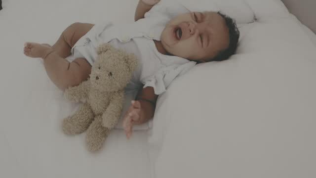 vidéos et rushes de crier - bébés filles