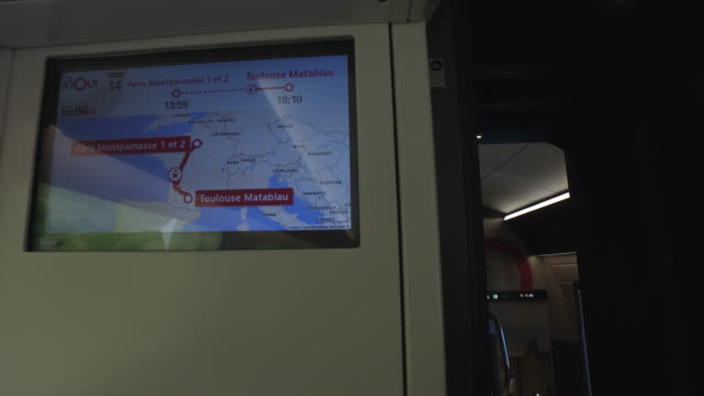 vidéos et rushes de screen in a train, with the map of france and the indication of the route paris - toulouse. france has started a progressive relaxation of its... - wagon