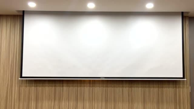 stockvideo's en b-roll-footage met scherm in de vergaderruimte schuift omhoog. - diavoorstelling