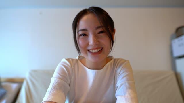 bildschirm der schönen asiatischen frau mit video-chat mit mutter auf laptop. bild zum einfügen auf den bildschirm. - single mother stock-videos und b-roll-filmmaterial