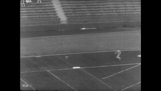 vídeos de stock, filmes e b-roll de usc 32 ohio state 3 / packed stadium and game begins / players mentioned are dick van raaphorst willie brown peter beathard john thomas tom lupo and... - 1963
