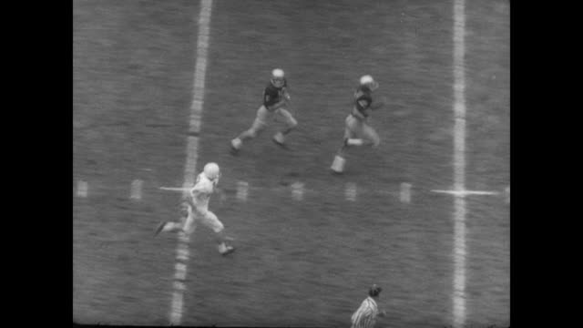 vidéos et rushes de washington 22 usc 7 / teams run onto field in front of cheering crowd / game begins / players mentioned are koll hagen mike briggs pete beathard ron... - université de washington