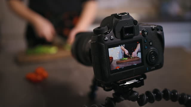 screen view: young woman live streaming cutting cucumber and making salad - sich verschönern stock-videos und b-roll-filmmaterial