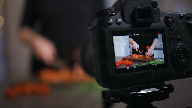 screen view: young woman live streaming how to make salad at home - sich verschönern stock-videos und b-roll-filmmaterial