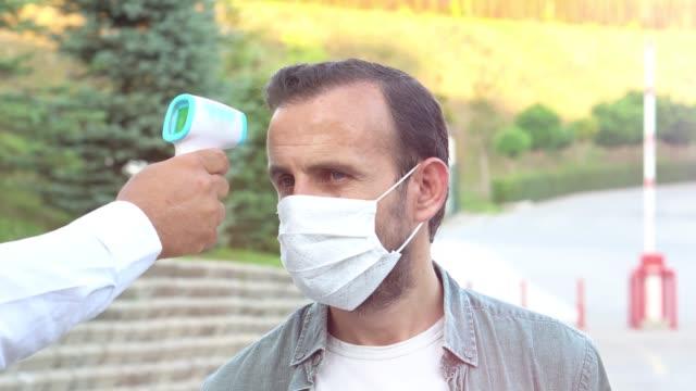 篩查乘客、旅客的科維德-19冠狀病毒癥狀。人們可能感染致命的冠狀病毒檢查,特寫鏡頭。4k 視頻。 - 熱度 溫度 個影片檔及 b 捲影像