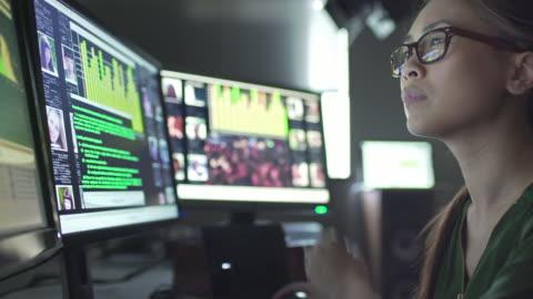 vídeos y material grabado en eventos de stock de pantallas de identificación de datos - examen