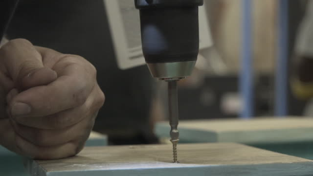 vídeos de stock, filmes e b-roll de screwdriver in slow motion - consertando