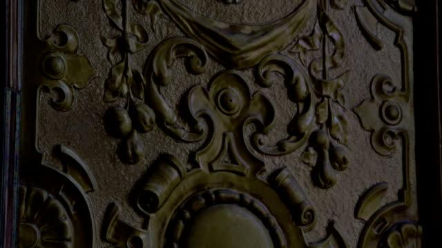 vídeos de stock e filmes b-roll de scrollwork covers a metal plaque. available in hd. - trabalho de metal