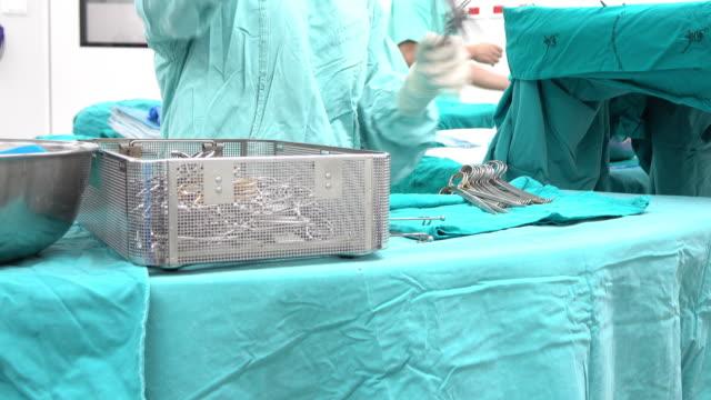 vídeos de stock, filmes e b-roll de esfregar enfermeira preparação para funcionamento dos instrumentos cirúrgica - equipamento cirúrgico