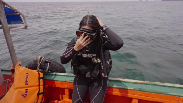 dykare hoppar i vattnet från en båt - scubadykning bildbanksvideor och videomaterial från bakom kulisserna