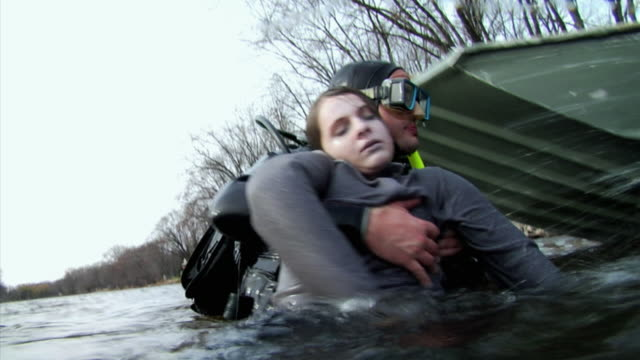 stockvideo's en b-roll-footage met ms la shaky scuba diver pulling drowning girl (14-15) towards boat, new london, wisconsin, usa - slachtoffer