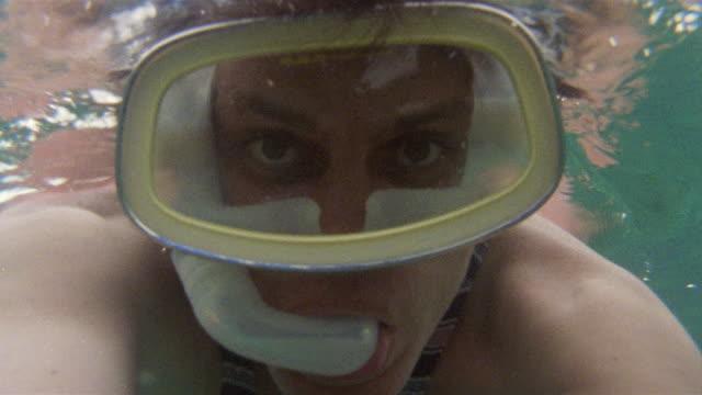 stockvideo's en b-roll-footage met cu scuba diver wearing scuba mask / north bimini, bahamas - bimini