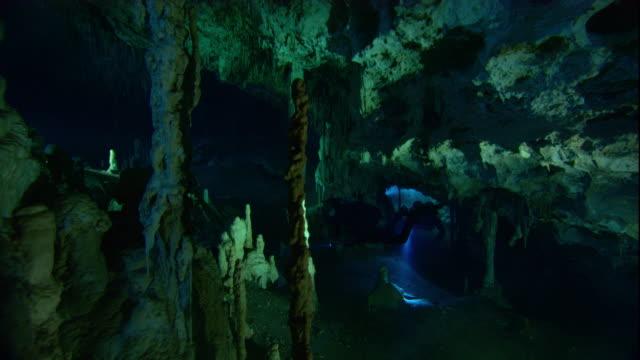 vídeos y material grabado en eventos de stock de scuba divers explore a cenote cave in yucatan, mexico. available in hd. - escafandra autónoma