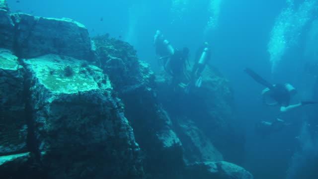 vídeos de stock, filmes e b-roll de mergulhadores explorando o oceano em hin luang, mar de andaman - deep sea diving