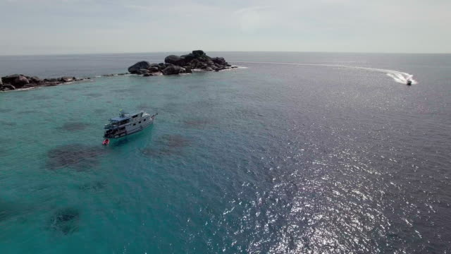vídeos de stock e filmes b-roll de a scuba diving and speed boat visit the similan islands, thailand - david ewing