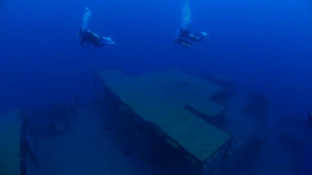 Plongée sous-marine sur le pont des embarcations du naufrage