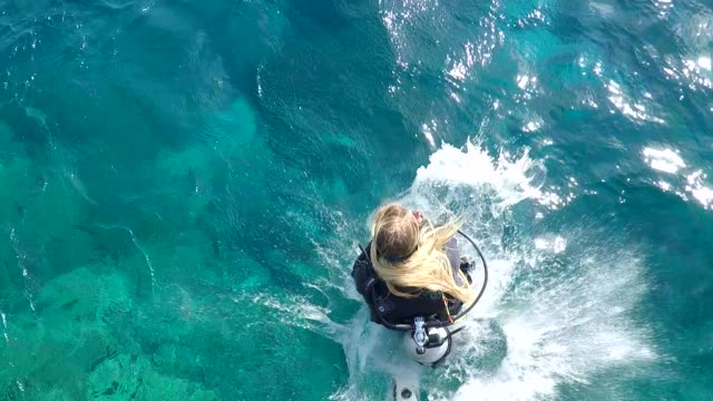 stockvideo's en b-roll-footage met scubadiver enter in the sea, view from top - activiteit