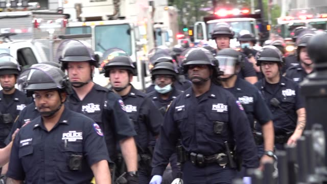 scuffles between police and protestors.police hold a black after 2 months occupiers in city hall park protesting police brutality in the death of... - 盾点の映像素材/bロール
