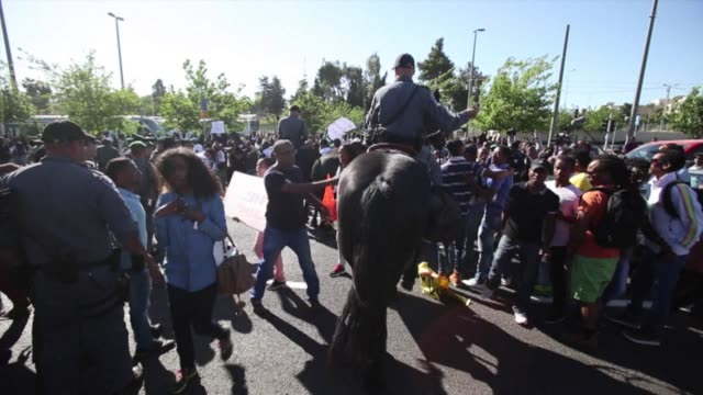 scuffles broke out in jerusalem thursday between security forces and ethiopian protesters demanding an investigation into alleged police brutality... - etiopia video stock e b–roll