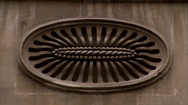 a sculpted oval adorns the wall of a georgian building, bath. available in hd. - ジョージア調点の映像素材/bロール