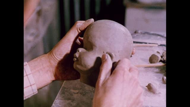 vidéos et rushes de montage sculpting a dolls head in united kingdom - sculpteur