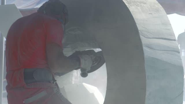 uno scultore sta scolpendo una statua di marmo. - artigiano video stock e b–roll