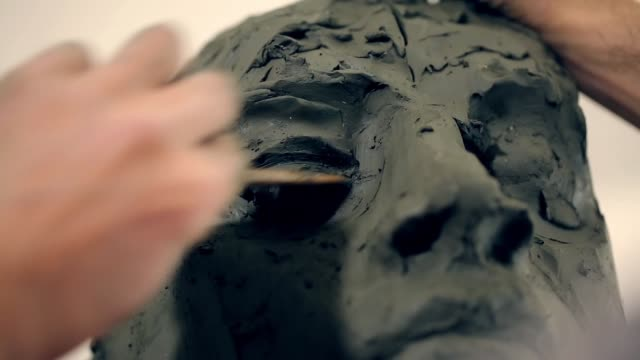 vidéos et rushes de sculptor is working on the creation of a monument - sculpture produit artisanal