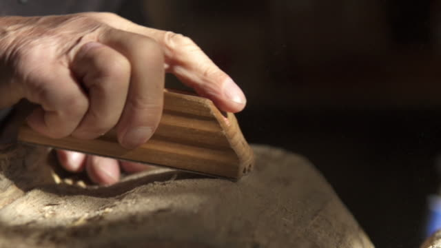 stockvideo's en b-roll-footage met sculptor sands piece of wood - snijwerk