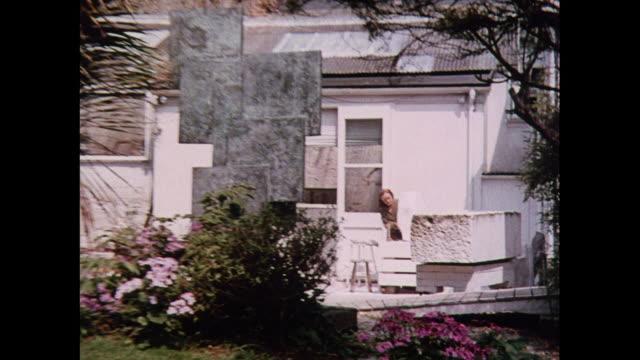 vidéos et rushes de montage sculptor using hammer and chisel in st. ives / united kingdom - sculpteur