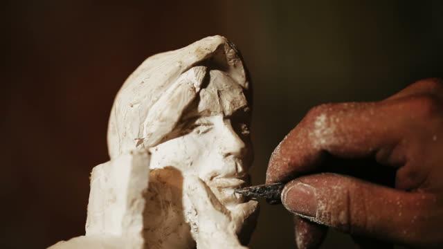 vídeos de stock, filmes e b-roll de sculptor work with gypsum - escultura