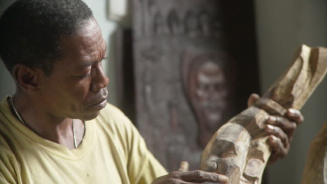 vídeos de stock, filmes e b-roll de cu sculptor working / havana, cuba - escultura