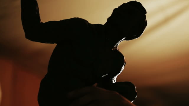 vídeos de stock e filmes b-roll de sculptor working on a monument made of clay - figura masculina
