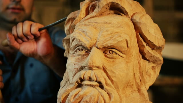vidéos et rushes de sculptor working with wooden statue and carving wood - buste partie du corps